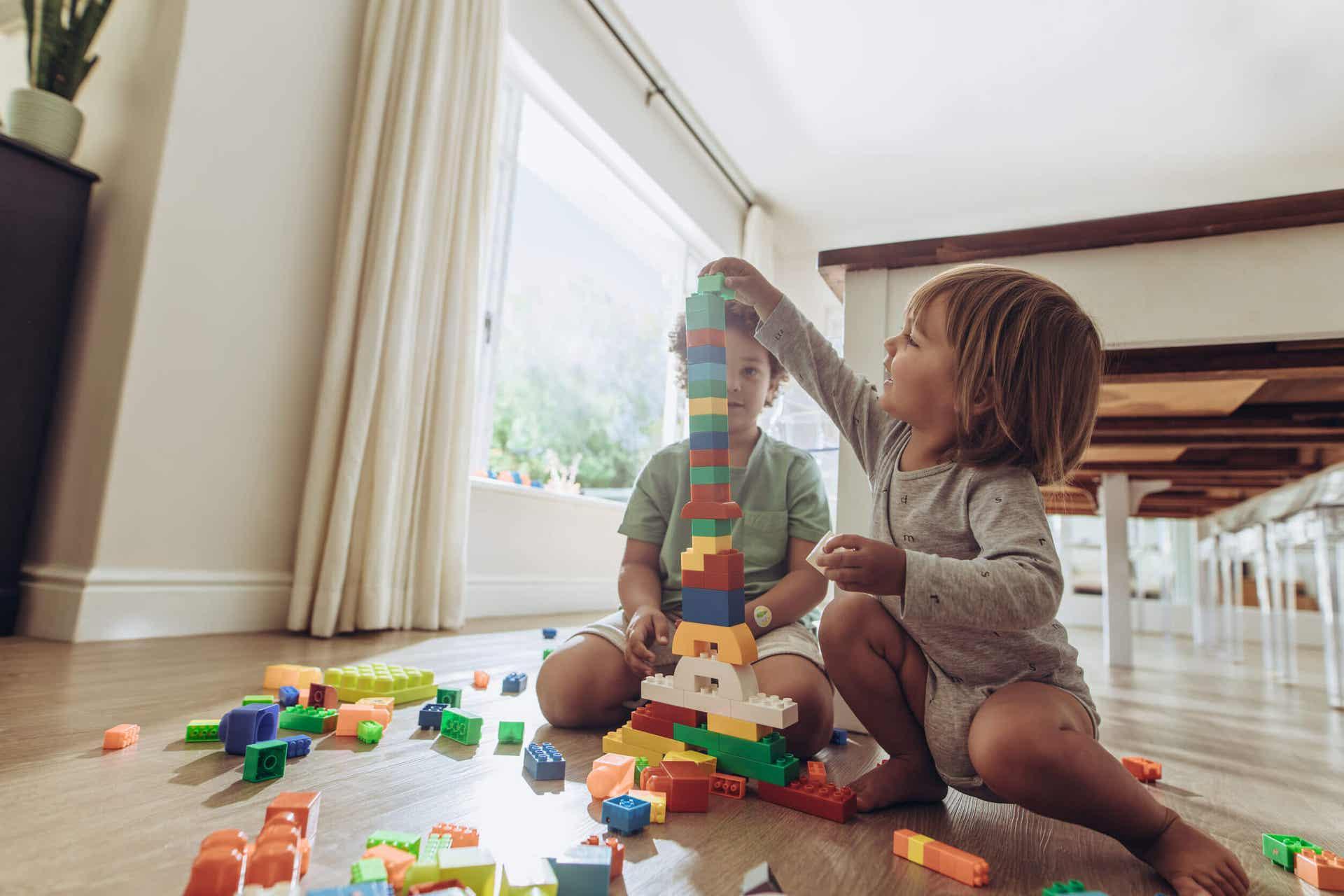 Barn leker med leker.