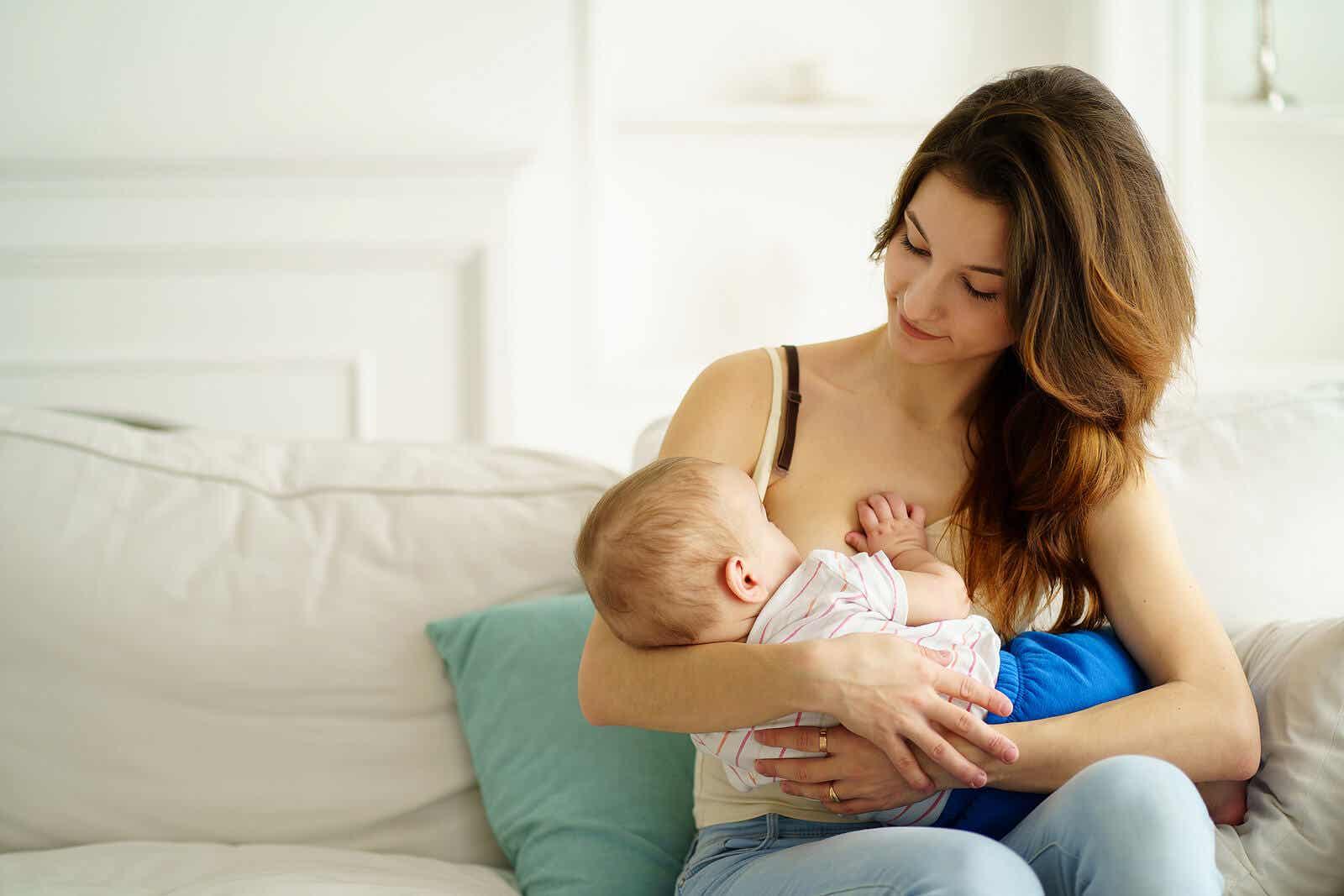 Een moeder die haar zoontje borstvoeding geeft.