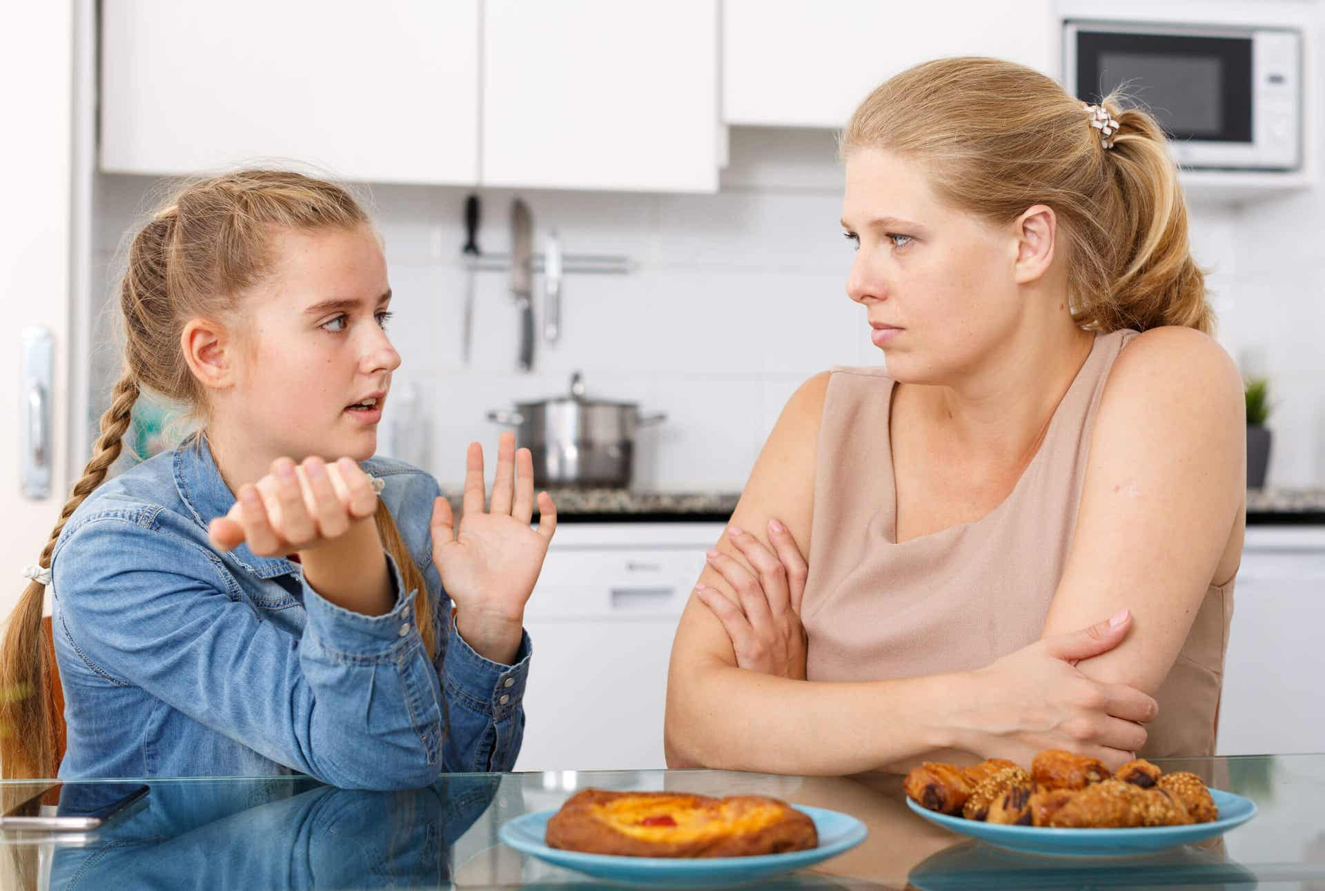 Een tienermeisje dat met haar moeder praat.