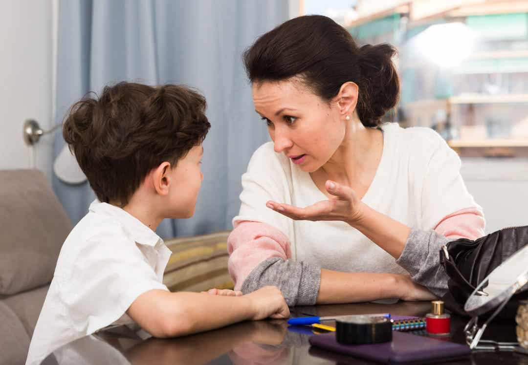 Een moeder die iets uitlegt aan haar jonge zoon.