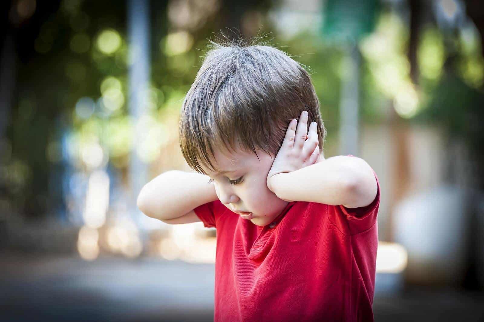 Entwicklungsängste - Ein Kleinkind, das sich die Ohren zuhält.