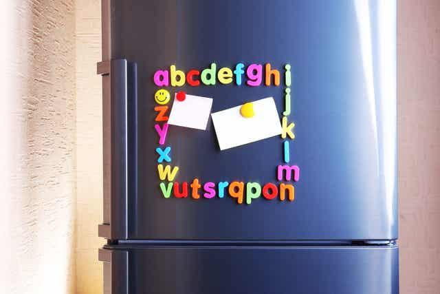 Alfabetmagneten op de koelkast.