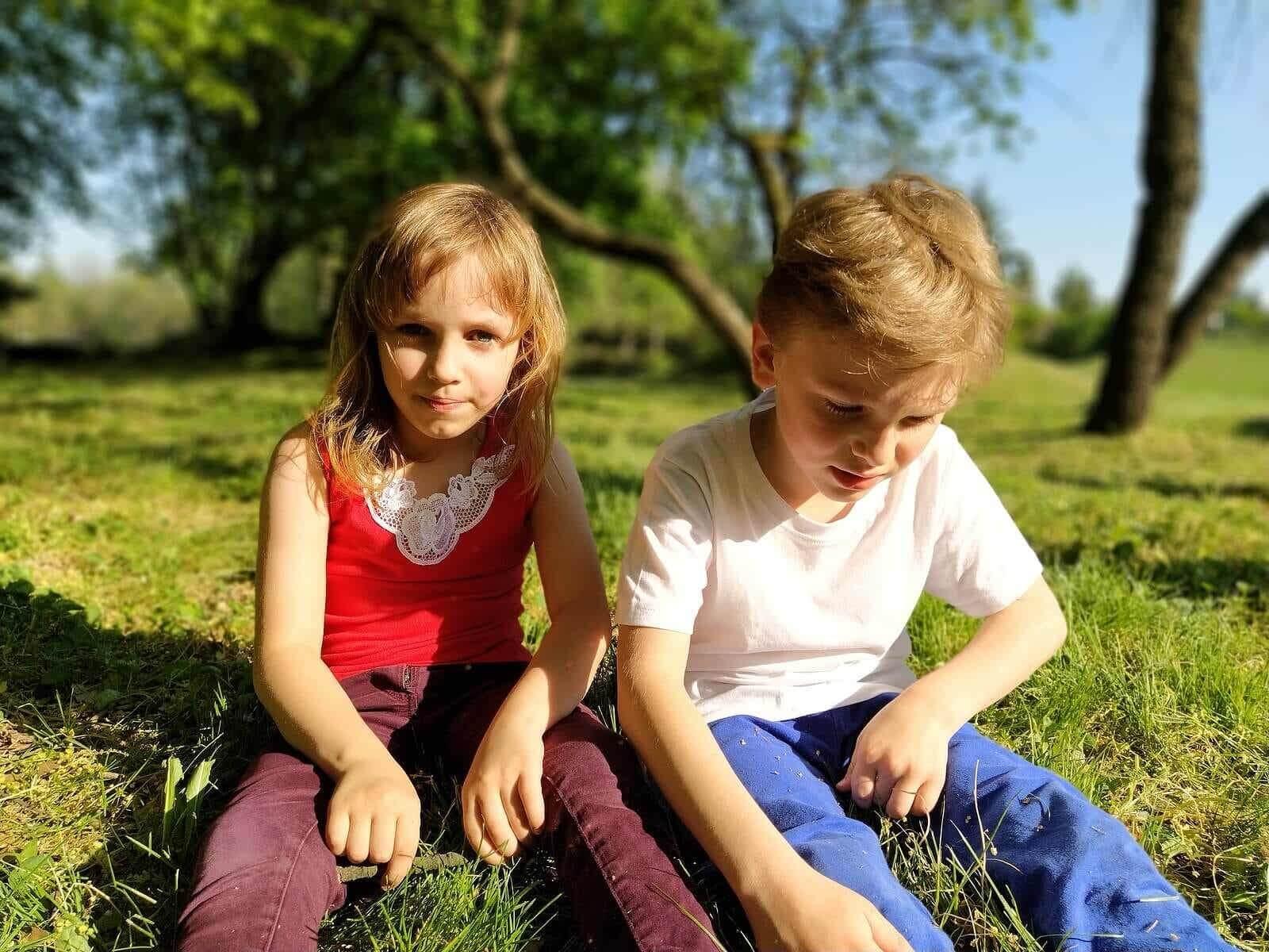 Vrienden zitten op het gras na het spelen.