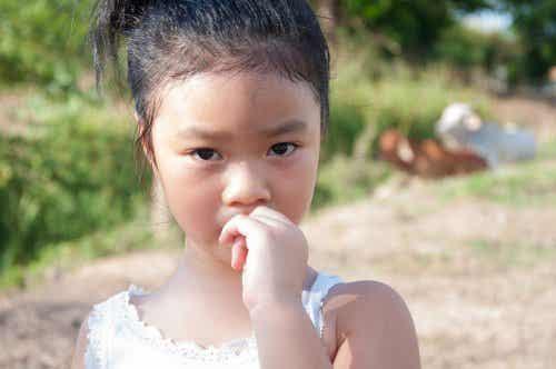 Paradoxale bedoeling: meisje dat op haar nagels bijt.