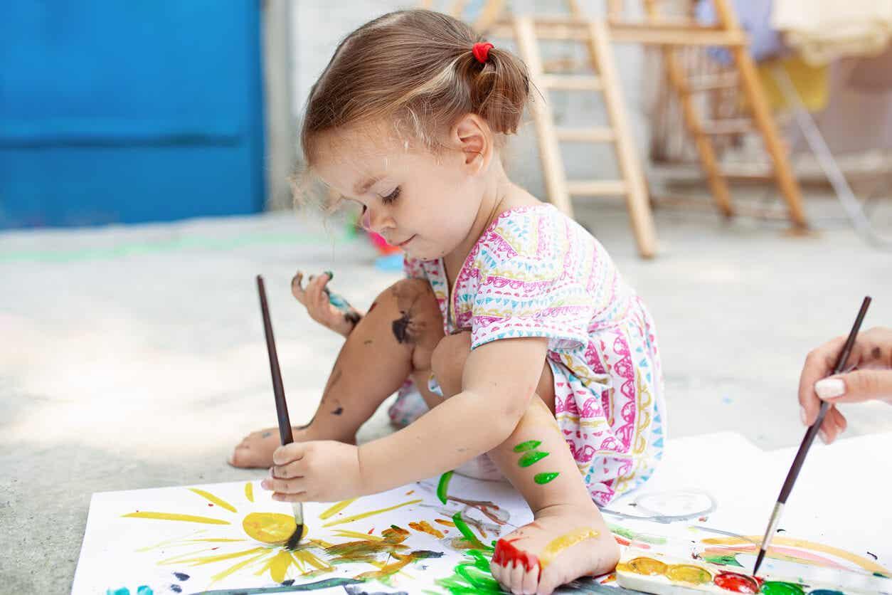 Meisje schilderen en haar creativiteit verkennen.