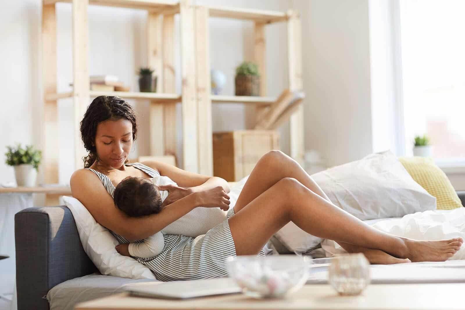 Mama karmiąca piersią swoje dziecko.