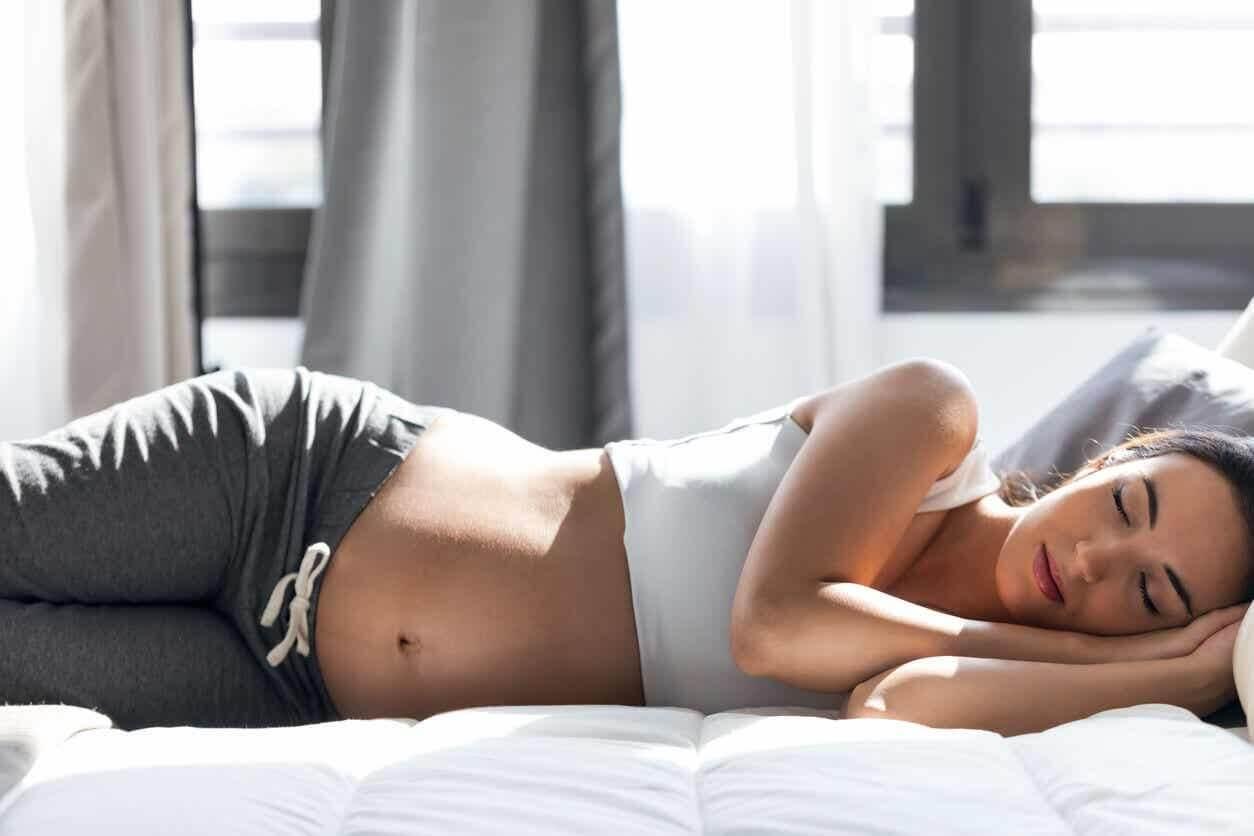 Gravid kvinde sover