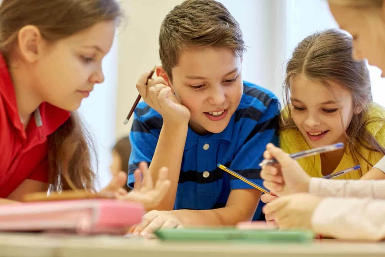 Studenten werken in de klas met behulp van de puzzeltechniek.