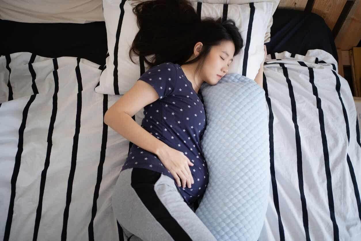 Kvinde falder i søvn under graviditeten
