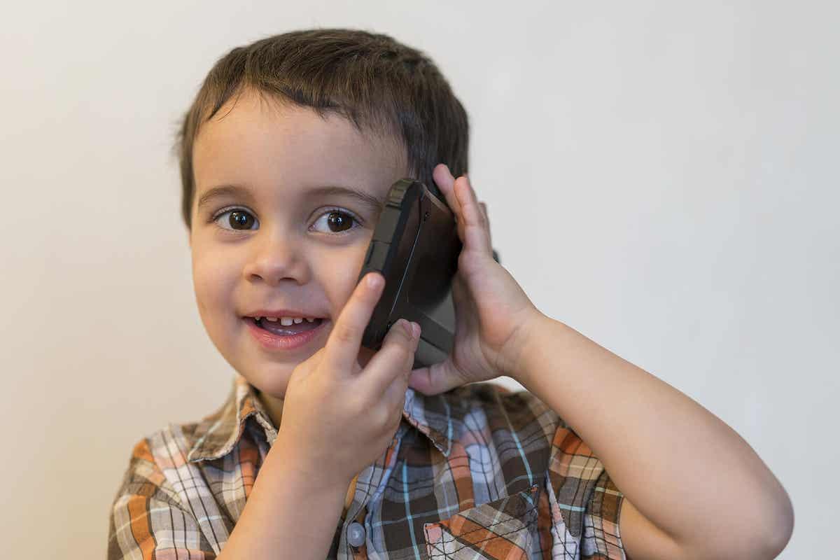 Een kind praten op een mobiele telefoon.