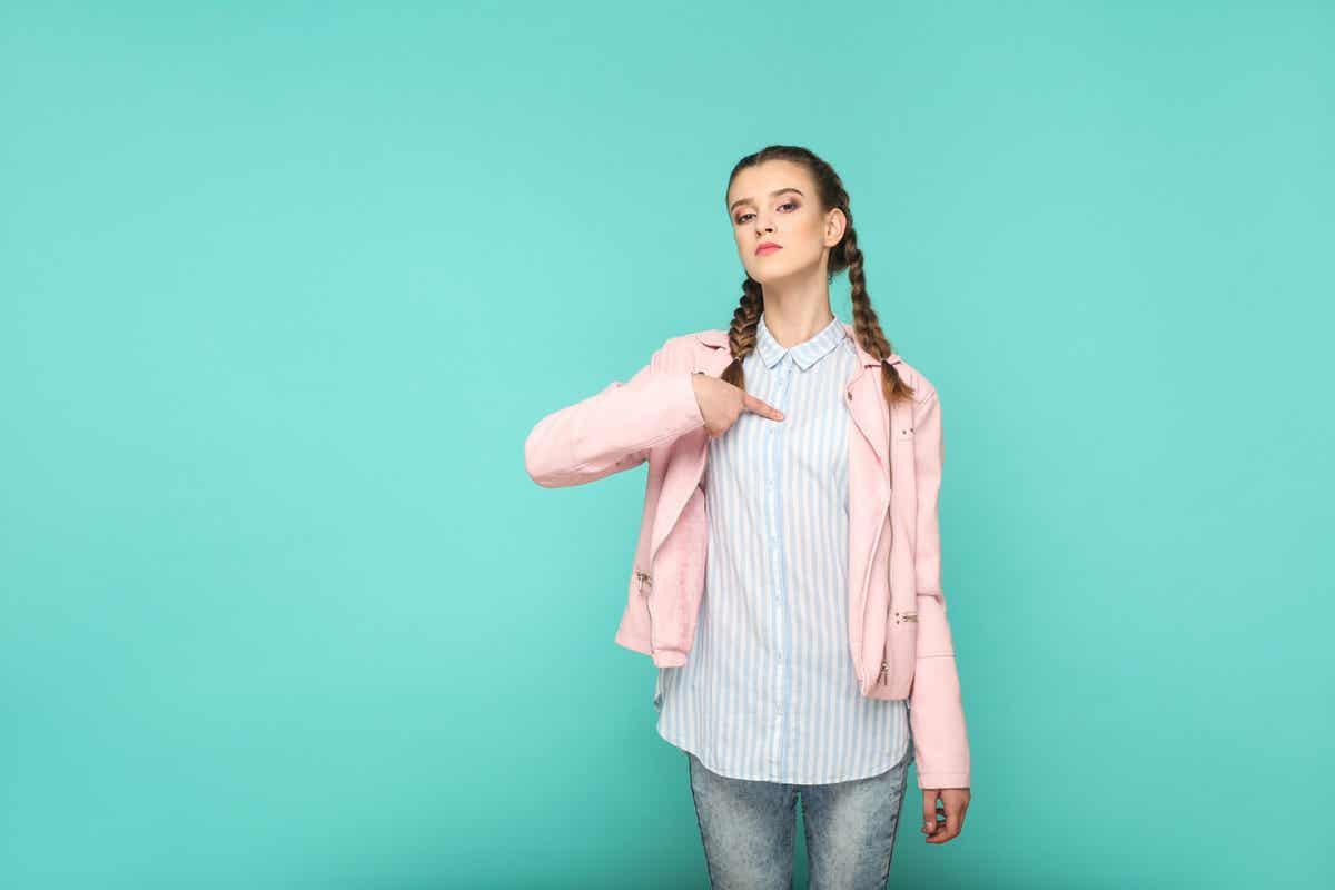 En selvsikker teenagepige peger på sig selv