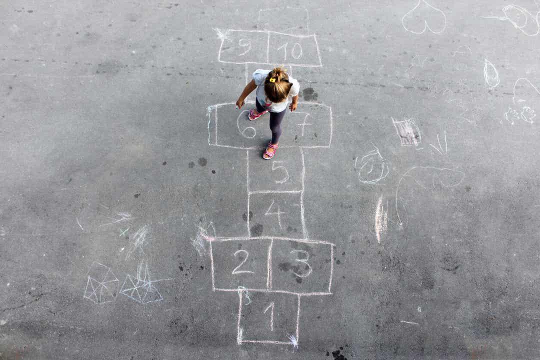 Een kind dat hinkelt tijdens een schoolpauze