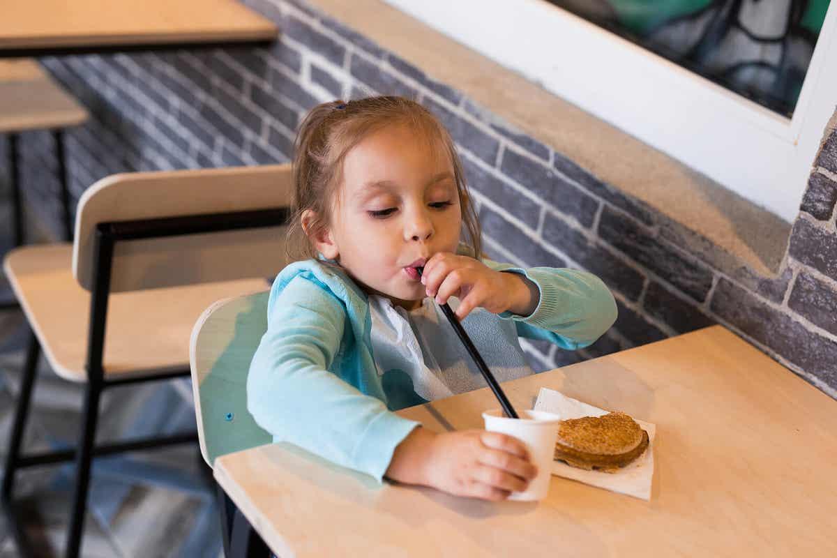 Dziewczyna podjadająca czekoladowego shake'a