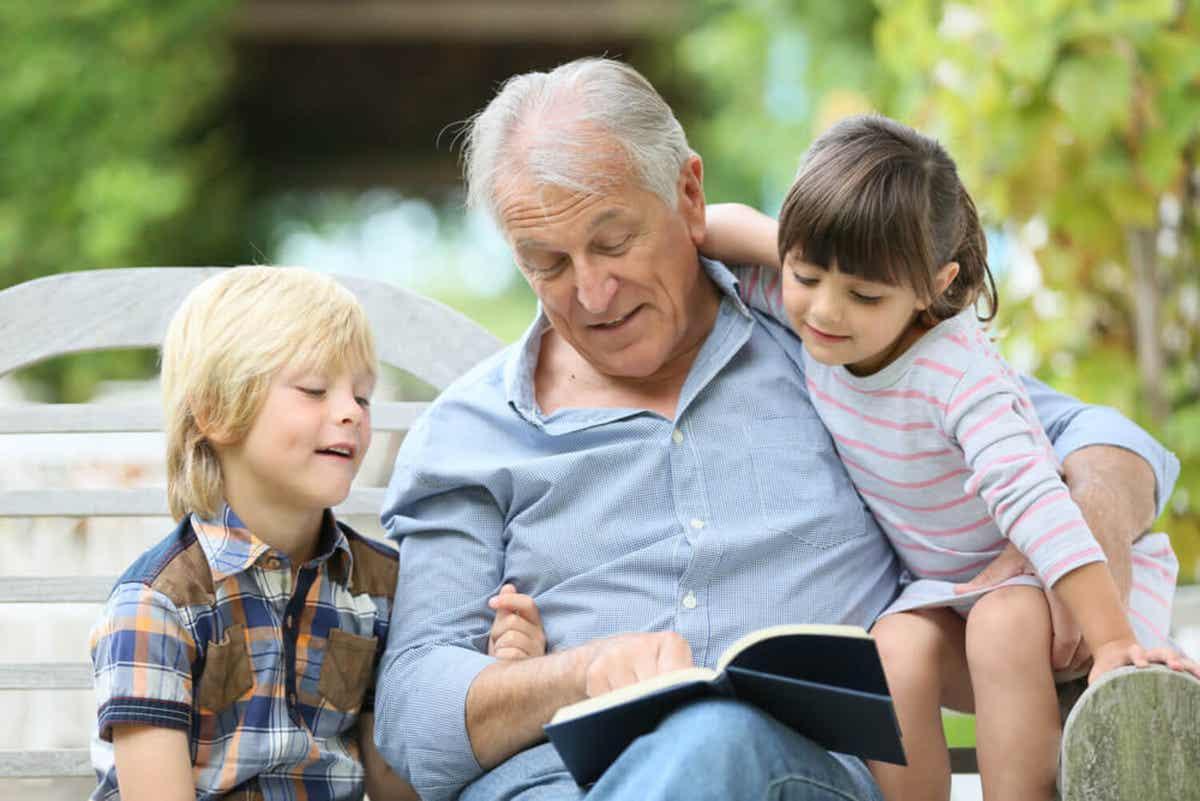 En bestefar med barnebarna.