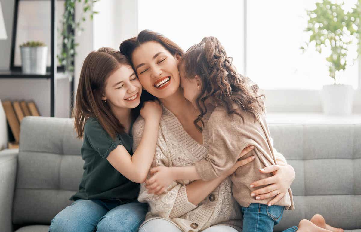 En mor, der krammer sine døtre