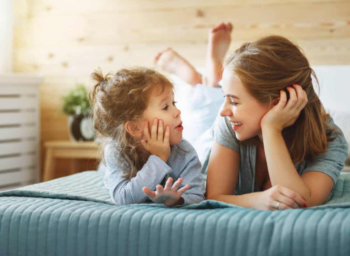 Een moeder praat met haar dochter.