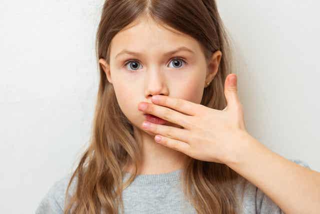 Een verrast meisje dat haar eerste menstruatie krijgt.