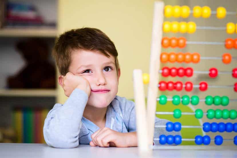 Een kind dat bij een telraam zit en er verveeld uitziet.