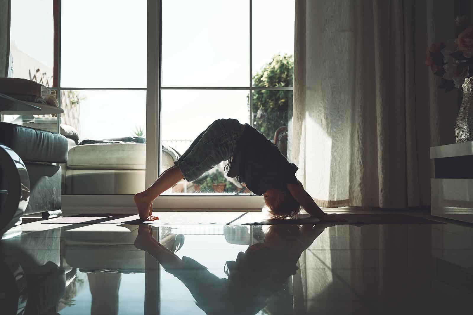 En lille dreng, der udfører yogaøvelser