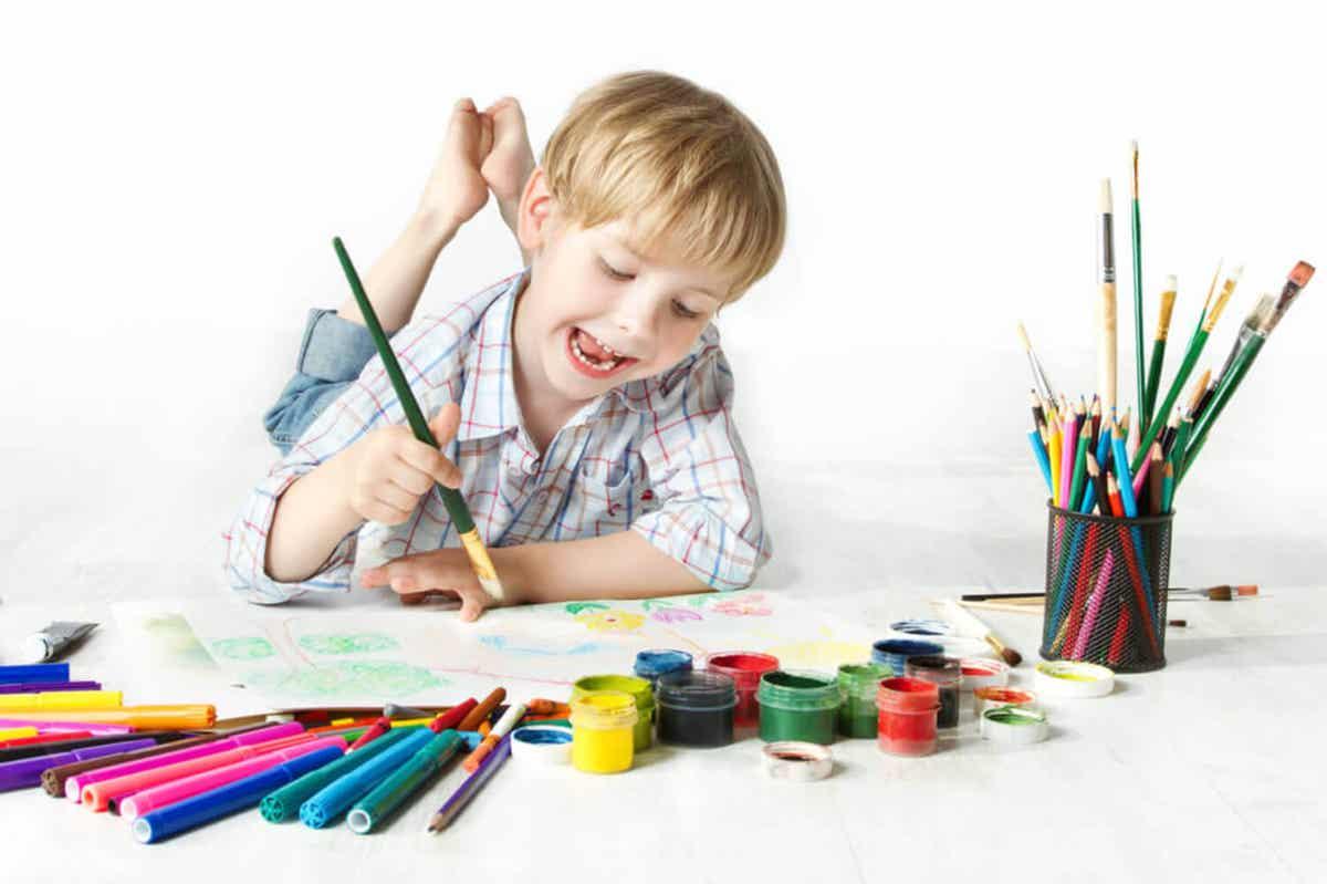 Dziecko maluje na podłodze.