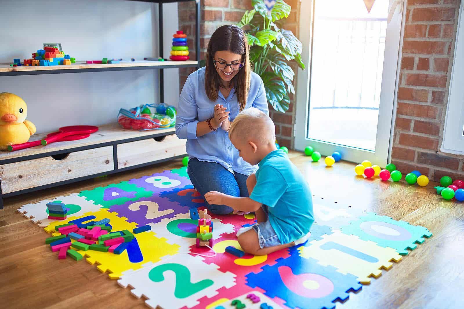 Matka obserwująca, jak jej syn bawi się na podłodze.