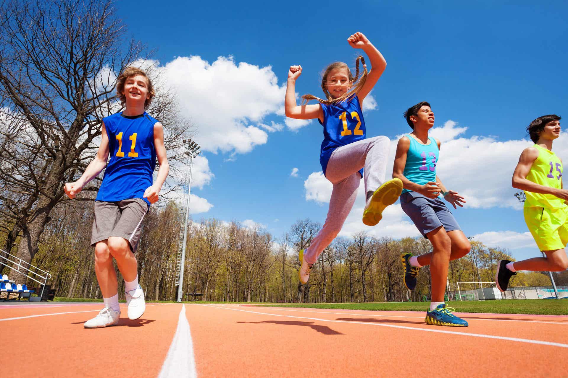 Barn løper på en bane.