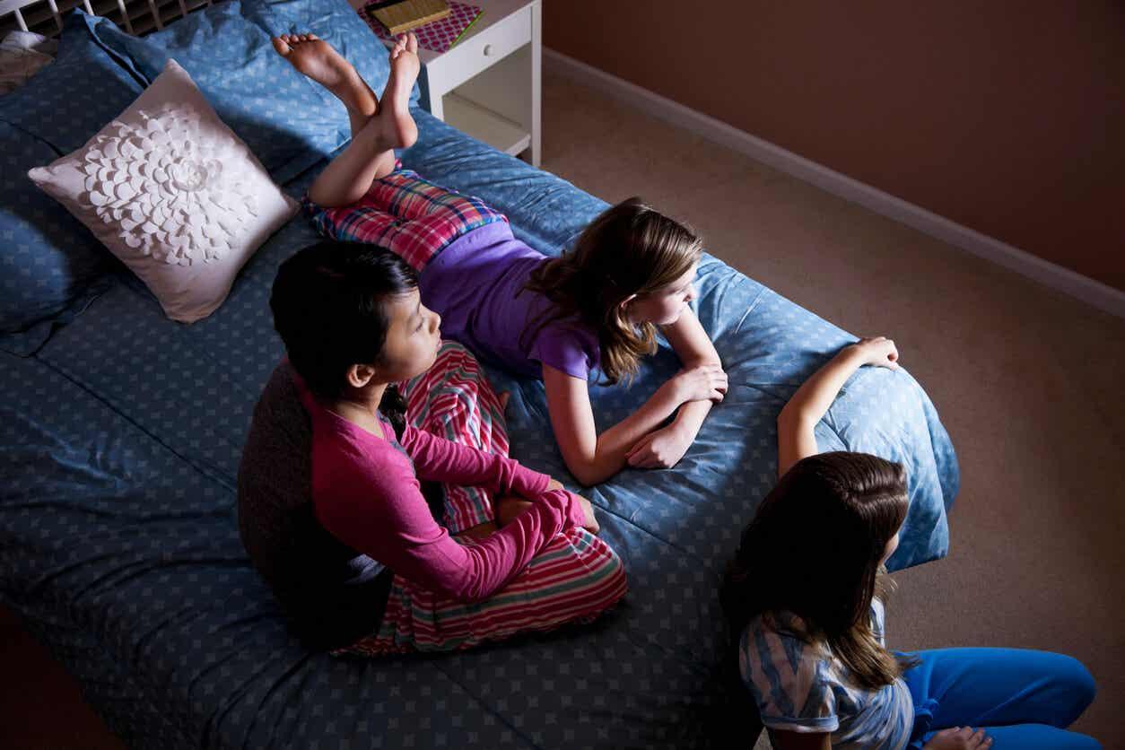 Børn ser fjernsyn sammen i seng