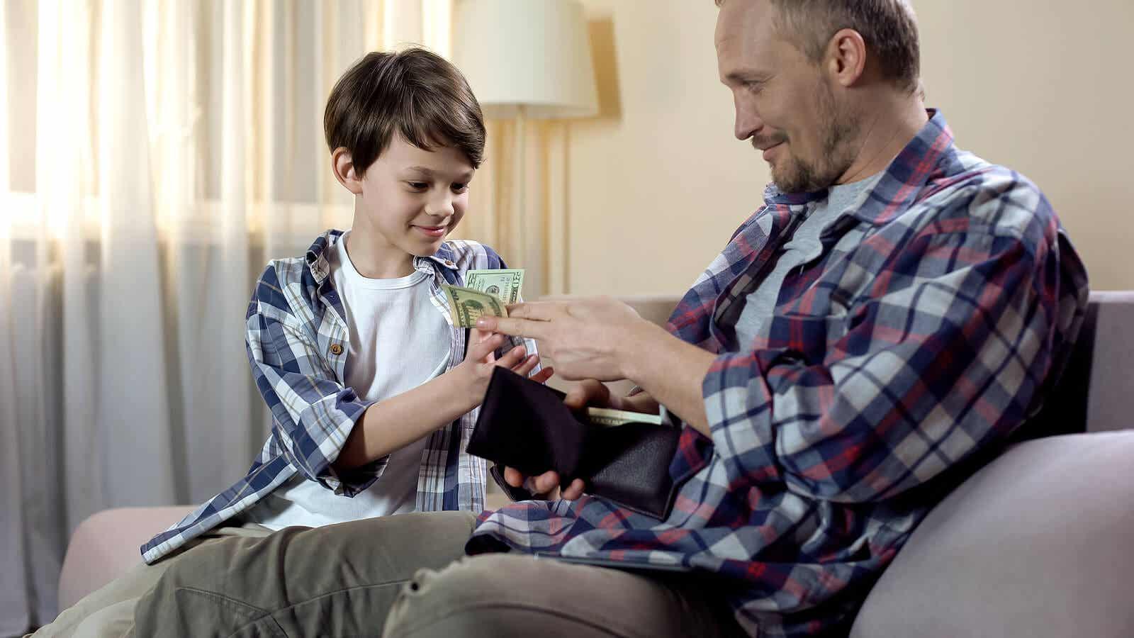 Een vader die geld uit zijn portemonnee geeft aan zijn jonge zoon.