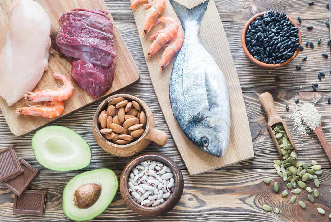 Kilder til zink, herunder fisk, rejer, kylling, kød, nødder, frø og avocado