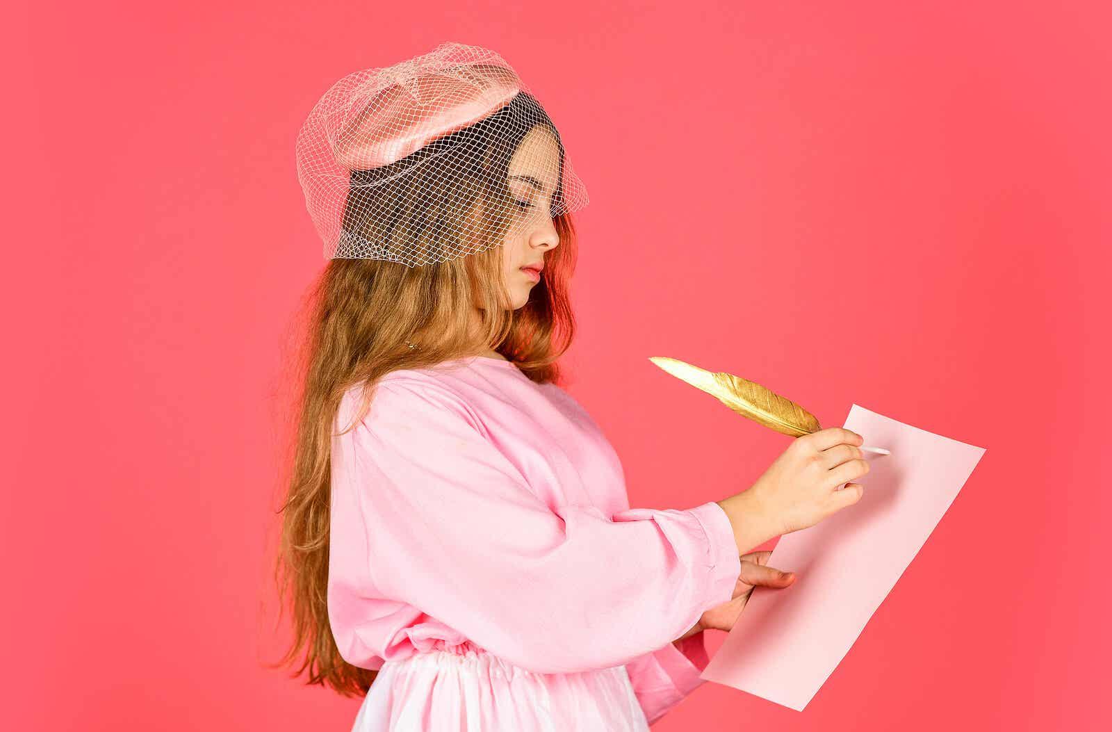 En pige klædt ud med en gammeldags hat og kjole, skriver på et papir med en fjer