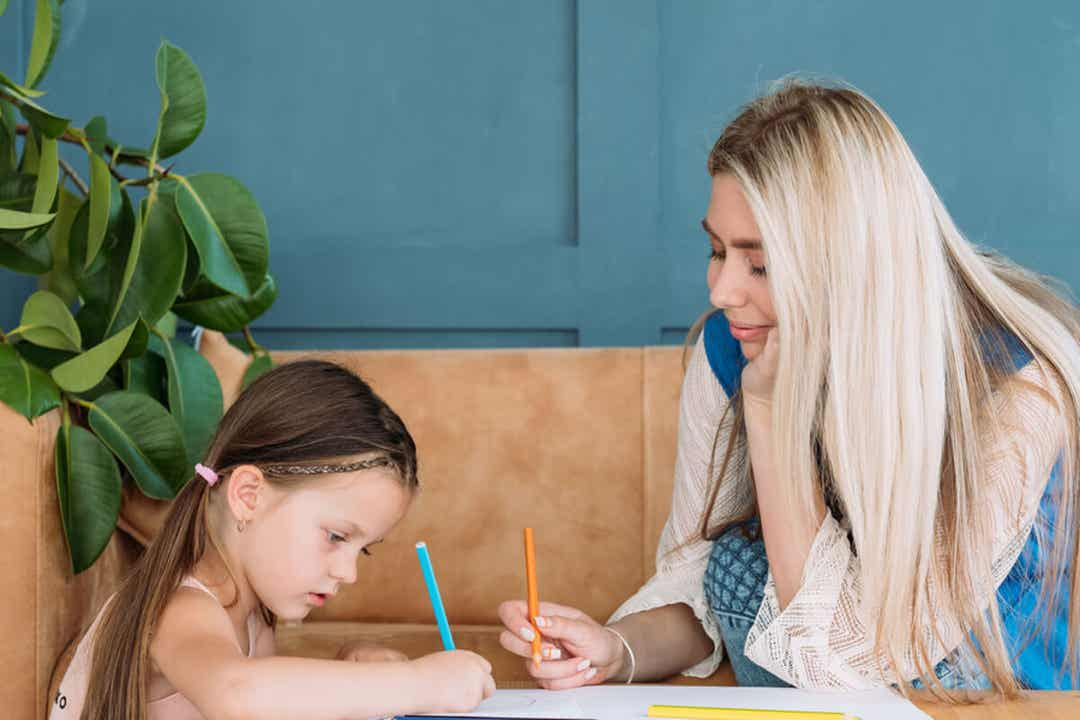 Matka i córka razem rysują.