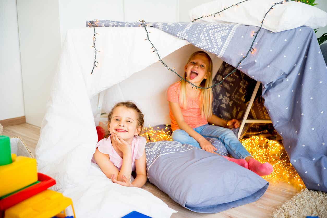 Børn bygger hule som eksempel på lege til pyjamasparty