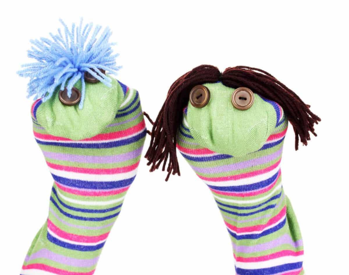 Twee zelfgemaakte sokpoppen.