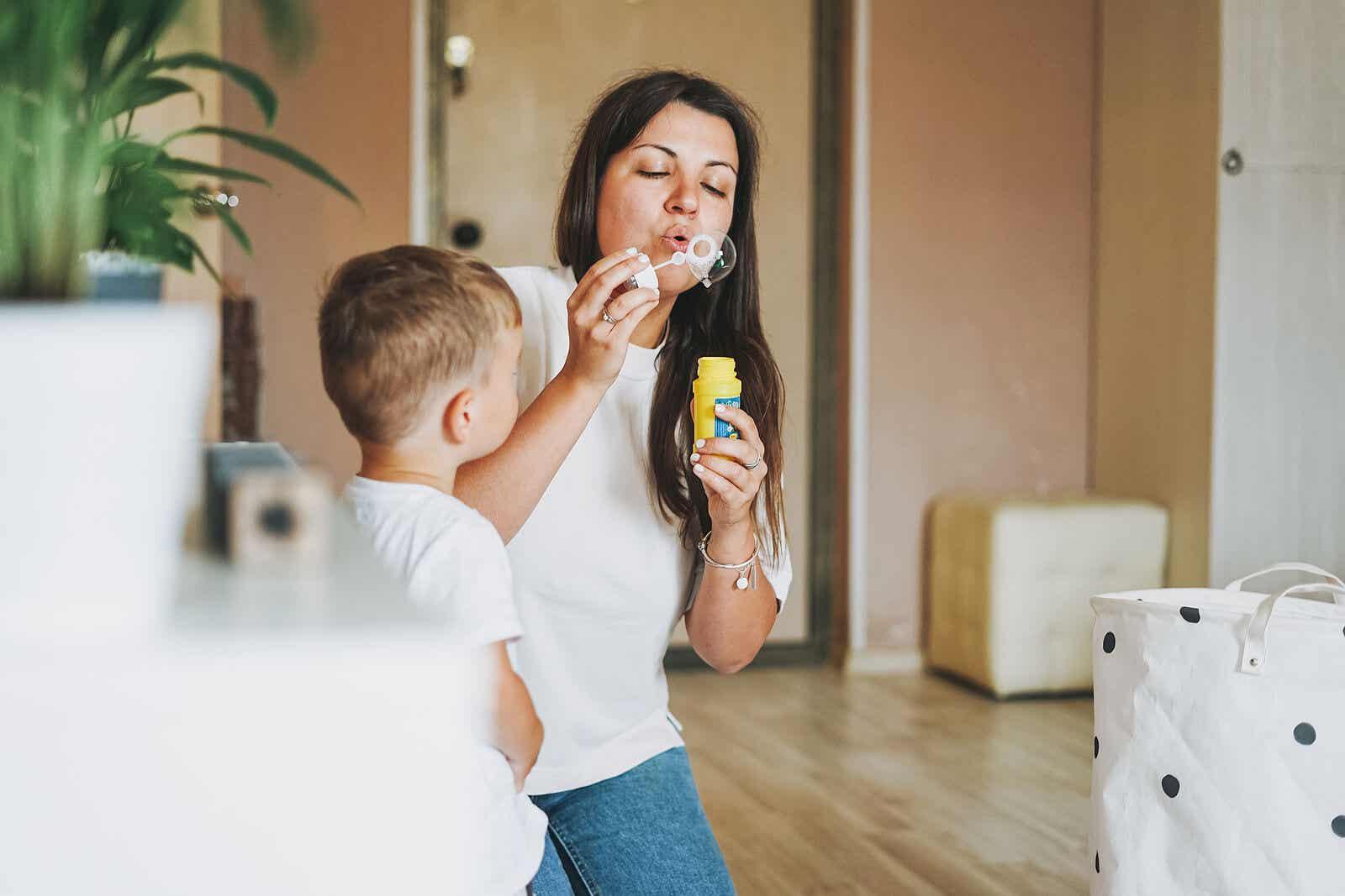 Een moeder die bellen blaast met haar peuterzoon.