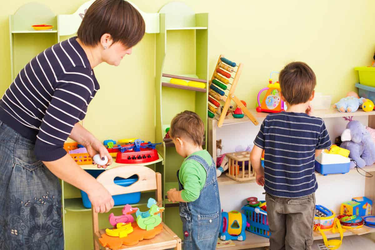 En mor roser sine børn, når de henter deres legetøj