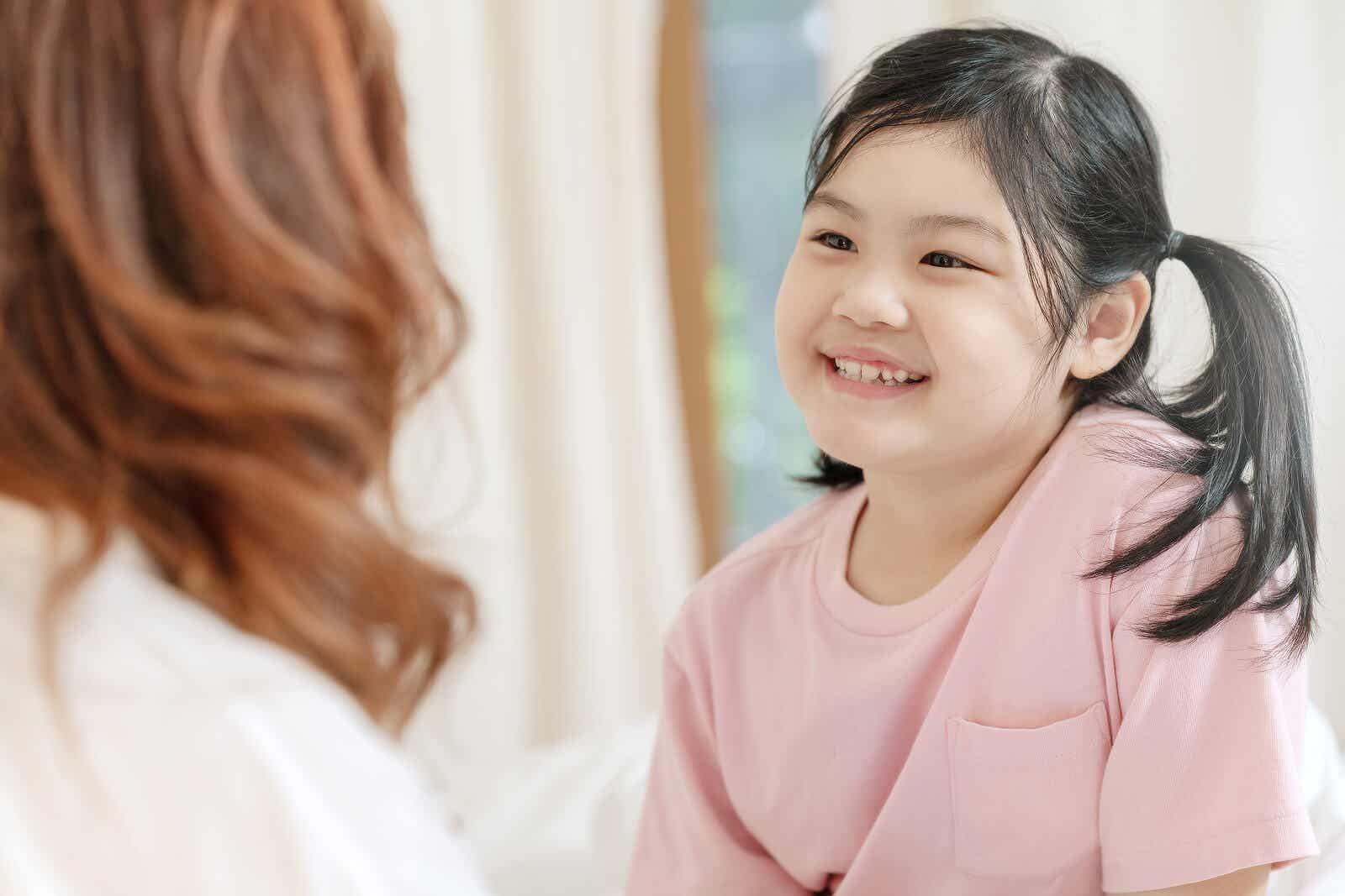 Młoda dziewczynka słysząca pochwały z ust matki.