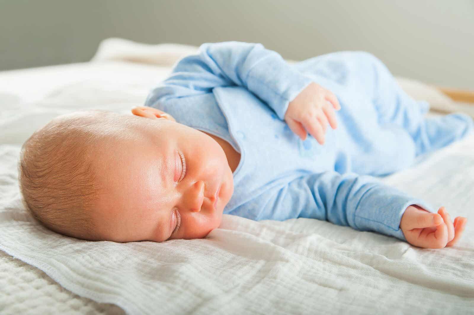 Dziecko śpi spokojnie.