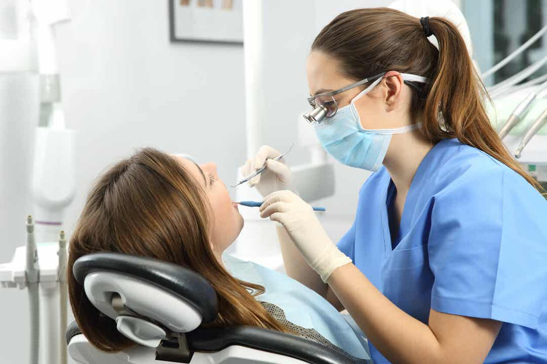 Kvinde ved tandlæge