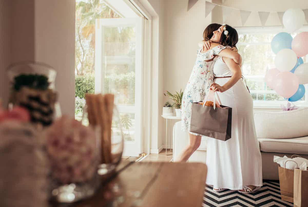 Kobiety przytulające się w trakcie baby shower.