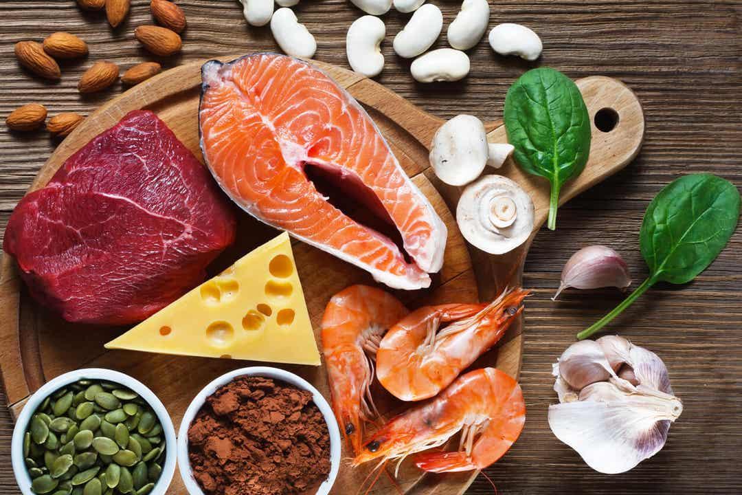Forskellige madkilder til zink, herunder laks, rejer, kød, ost, frø og bælgfrugter