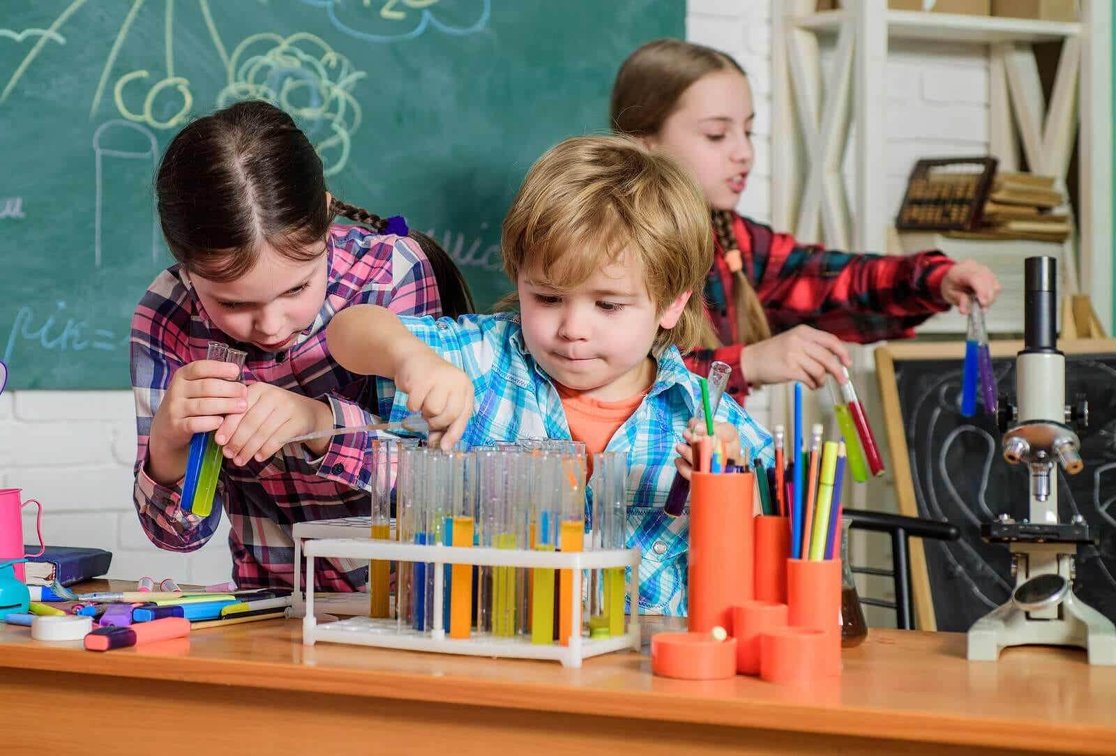 Uczniowie uczestniczący w przerwie zorganizowanej przez nauczyciela.