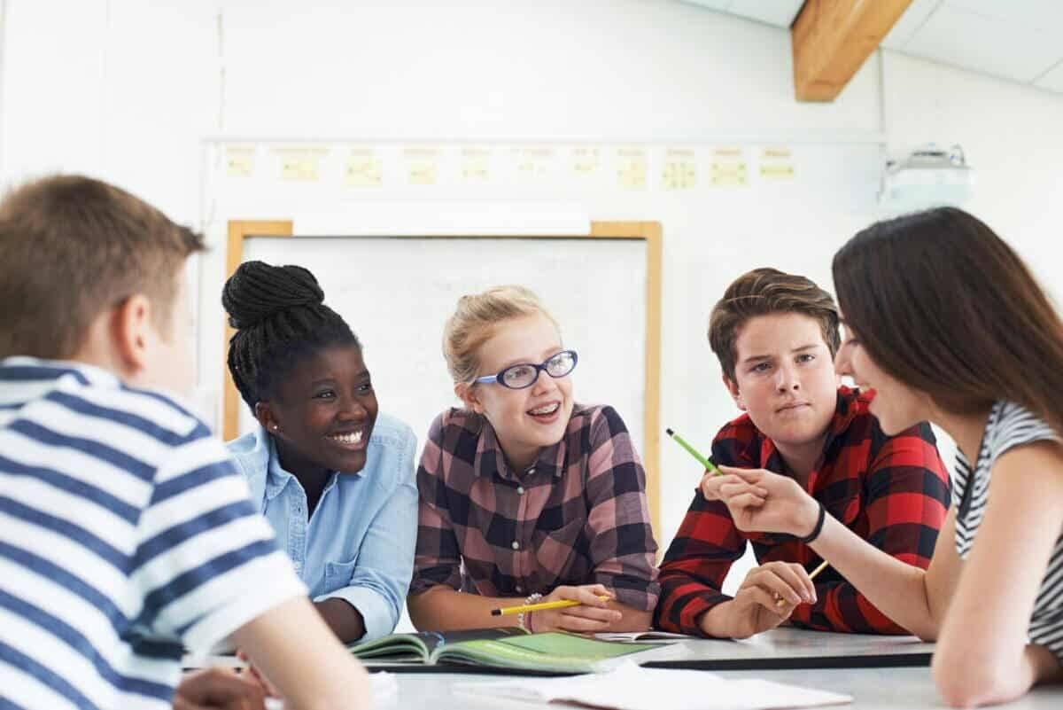 Uczniowie pracujący w grupach.