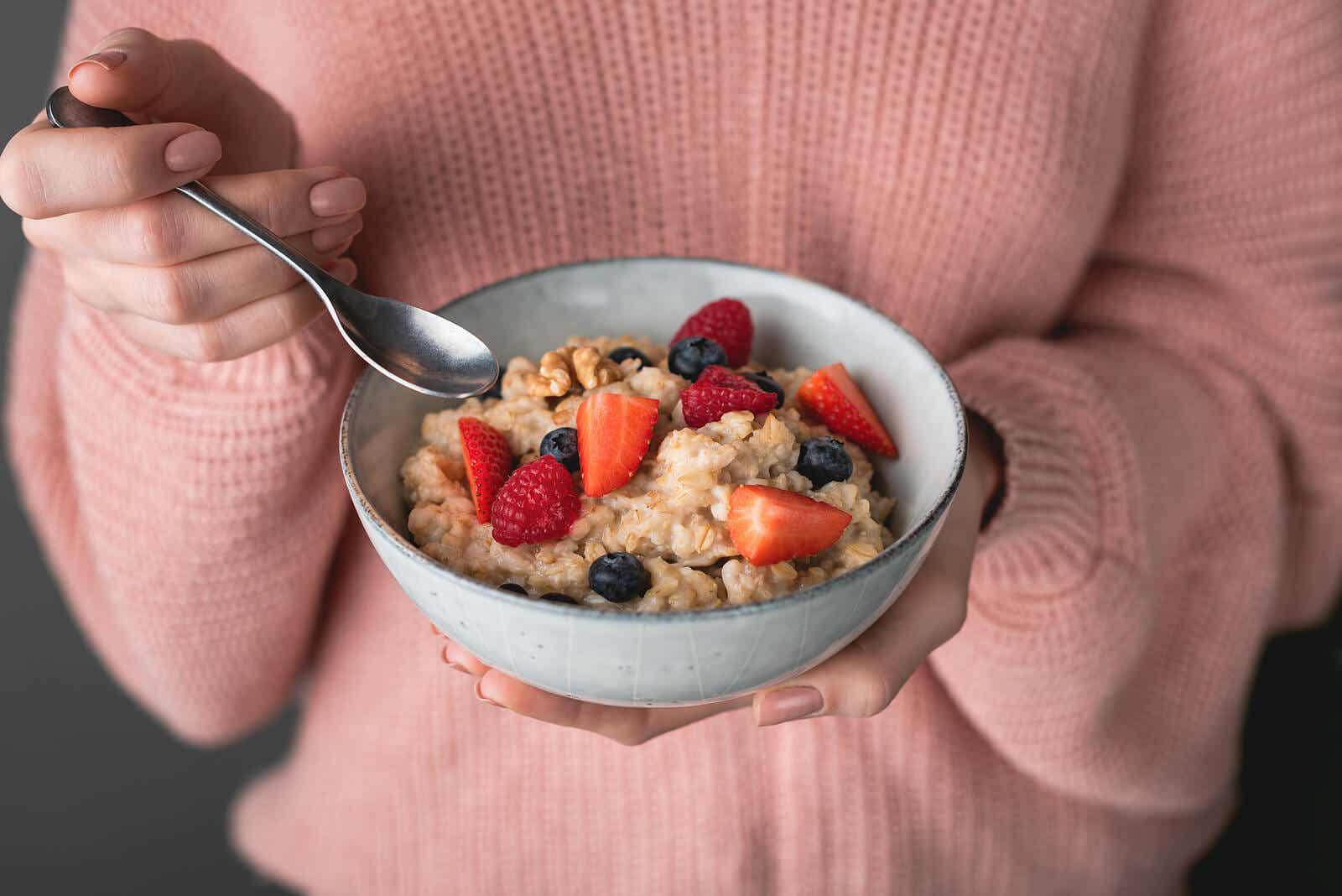 Kobieta je zdrowe śniadanie, aby zapobiec cukrzycy ciążowej.