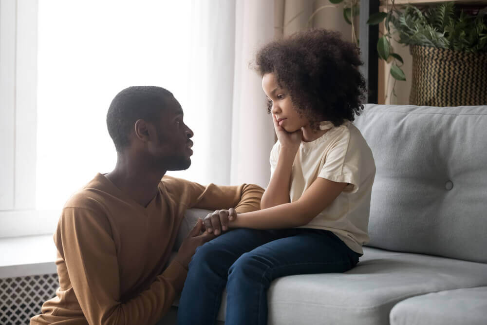 En far och dotter pratar.