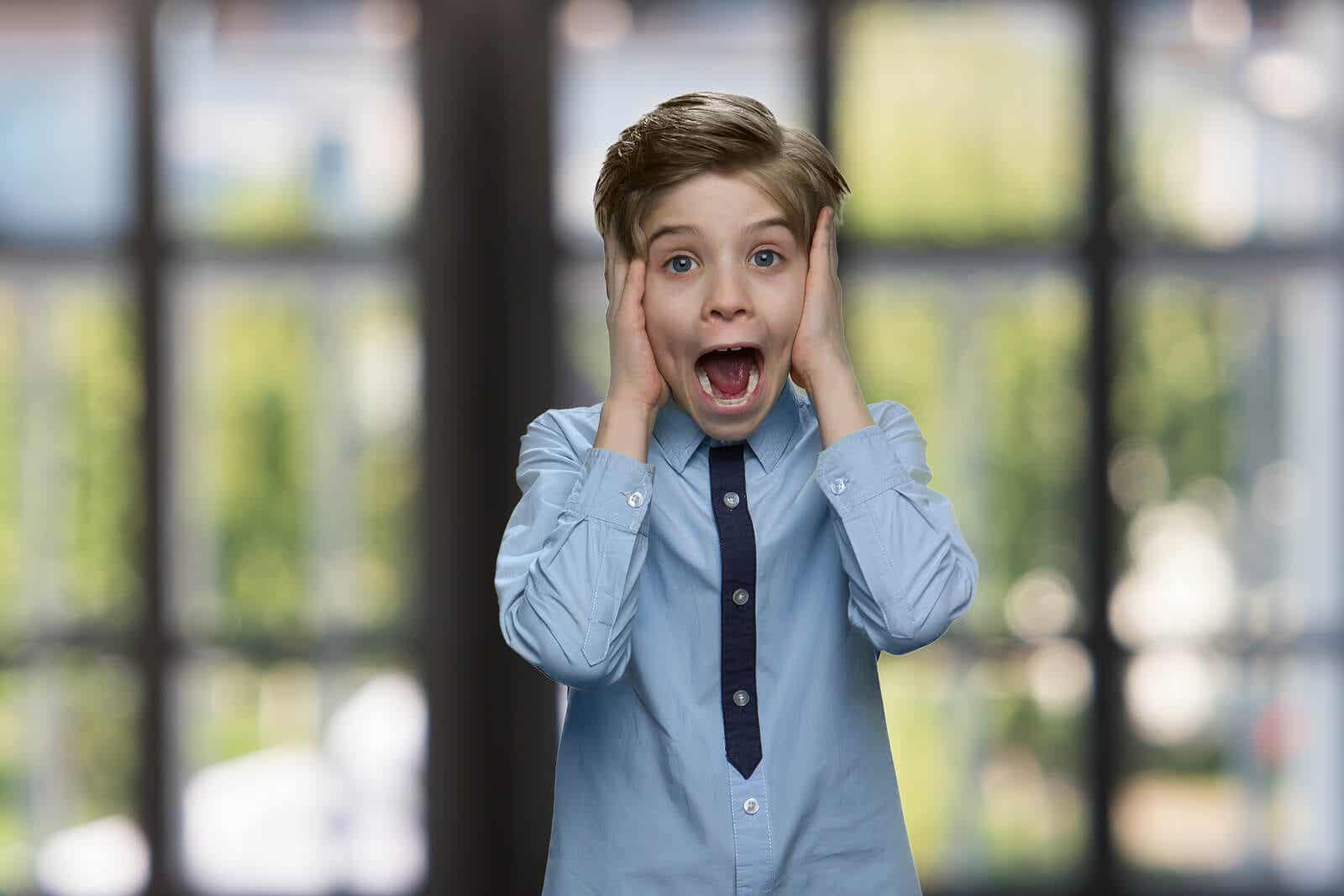 En ung gutt som skriker av frykt.