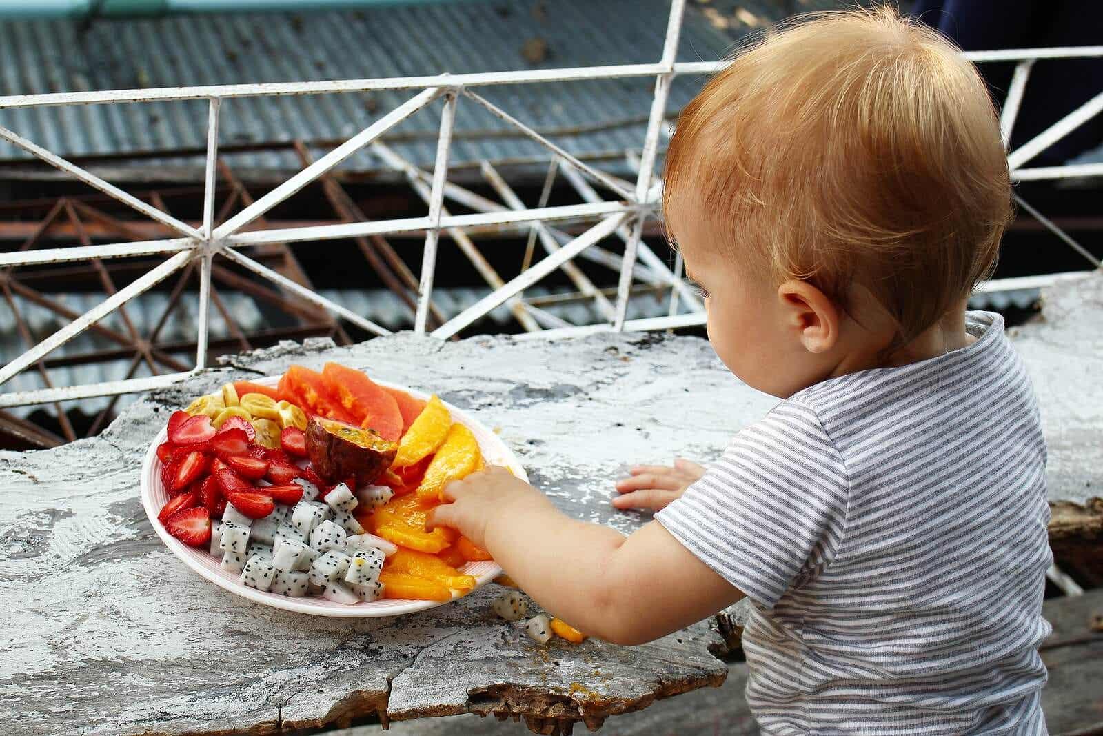 Dziecko je świeże owoce.