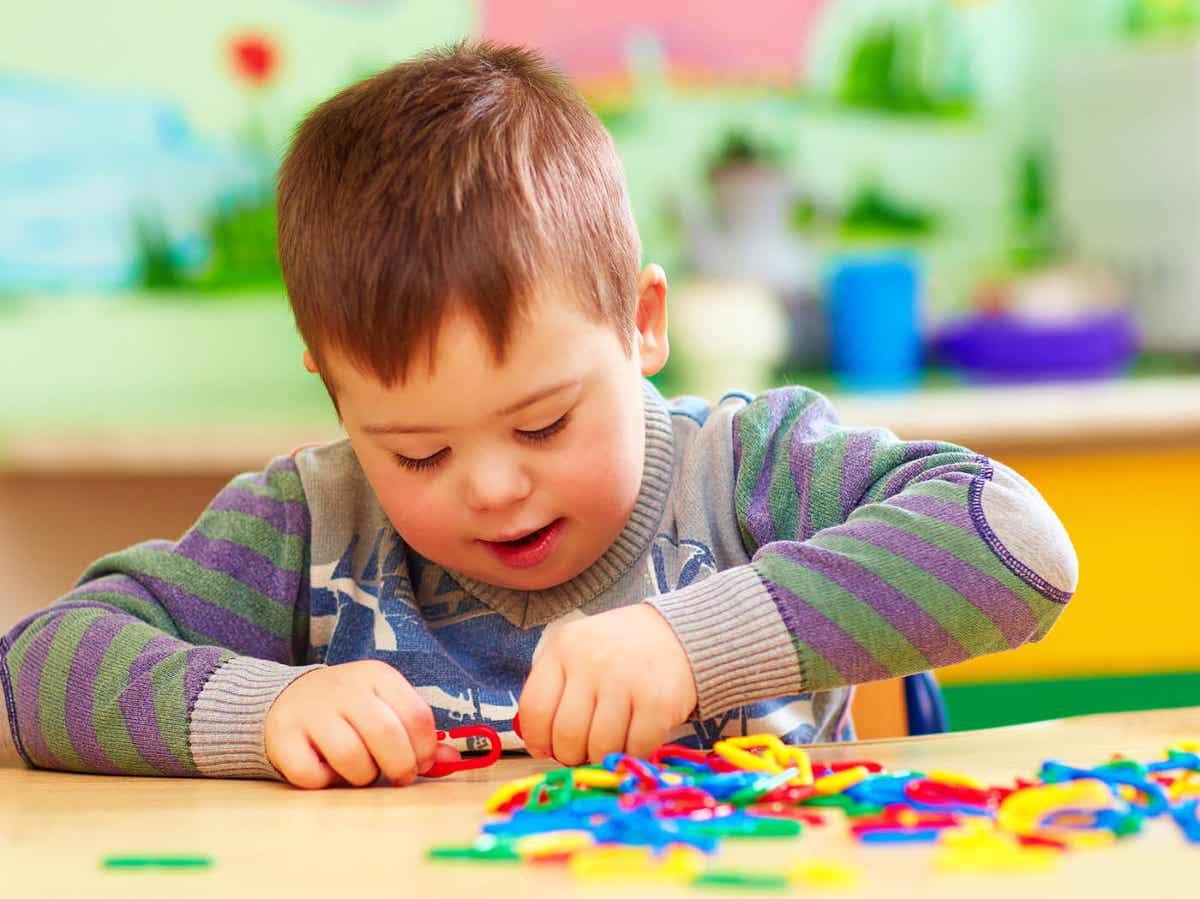 Dziecko bawiące się zabawkami przy stole.