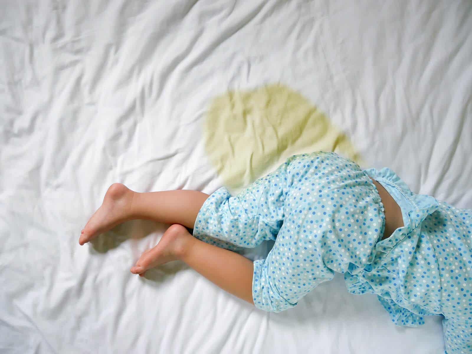 Een peuter die in bed plast kan baat hebben bij de plasstopmethode