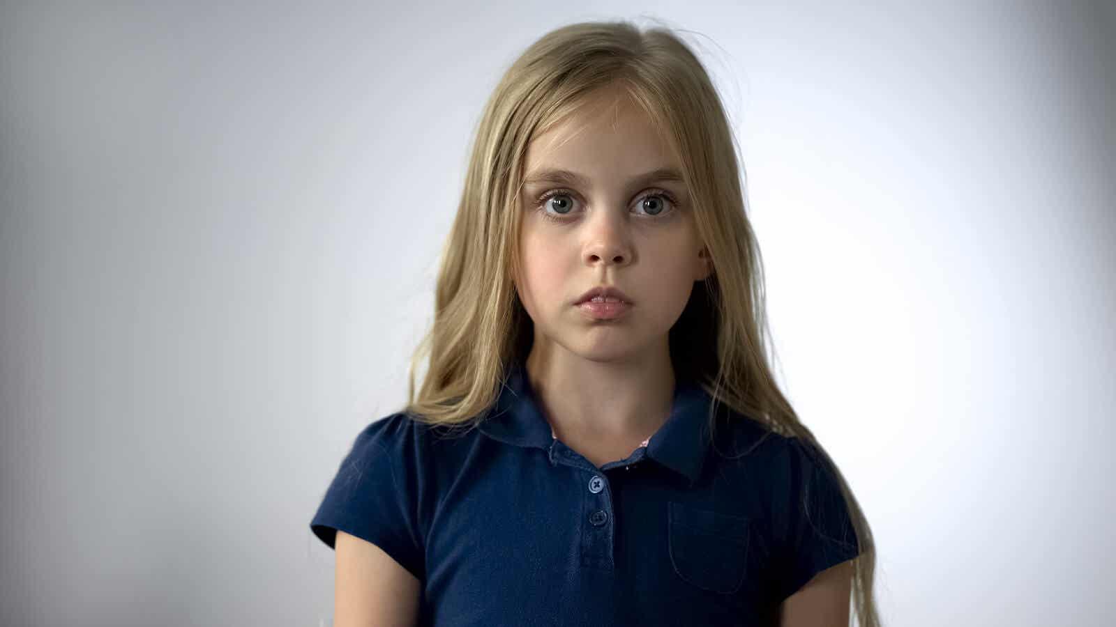 En ung jente frosset av frykt.