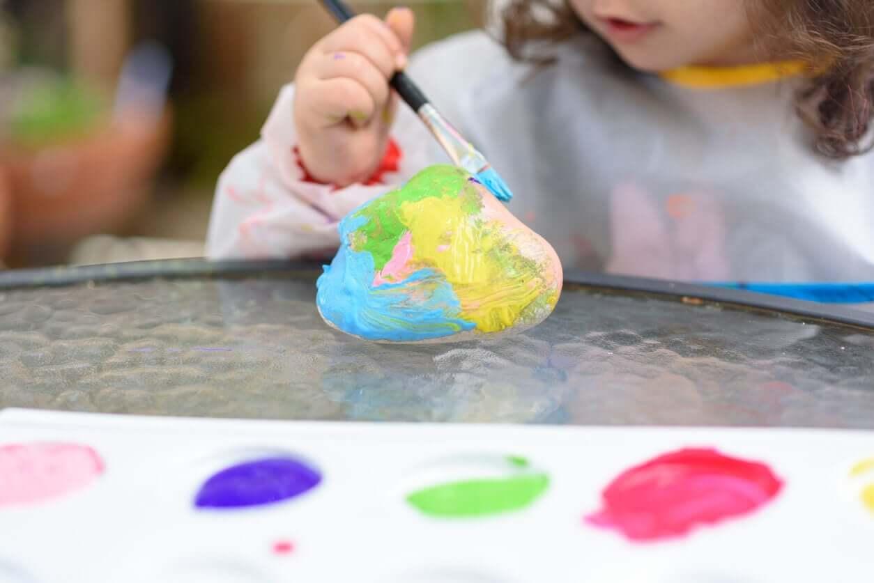 Pige laver malede sten